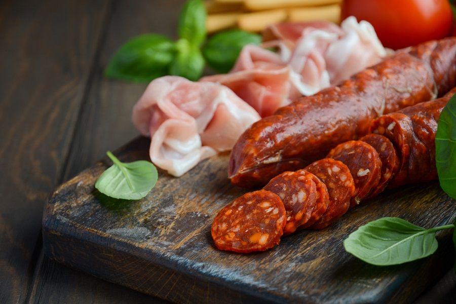 Chorizo op een worstplankje