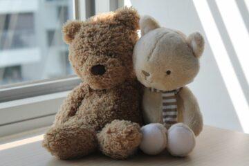 Ongebruikte knuffelbeesten in vensterbank van babykamer doodgeboren kindje