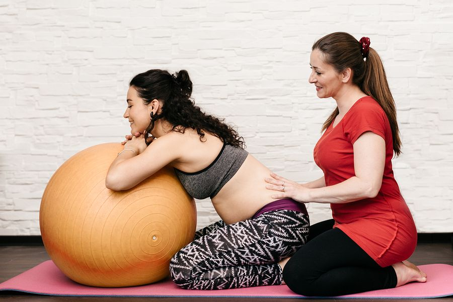 Doula ondersteunt zwangere vrouw