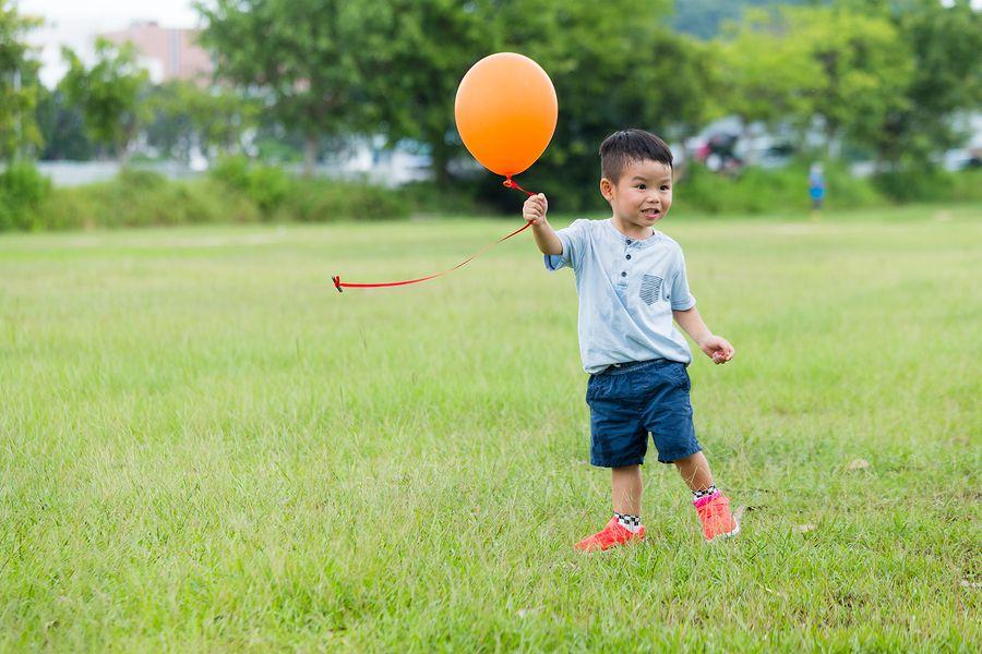 Peuter van 34 maanden speelt met ballon