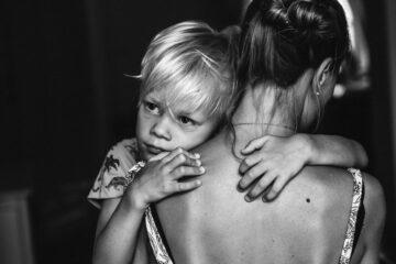 Kind knuffelt moeder op gezinsfoto