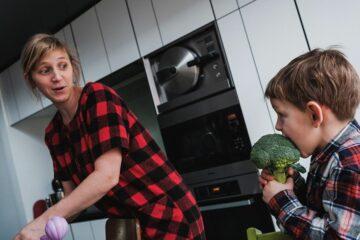 Moeder en kind in de keuken bij gezinsfotografie