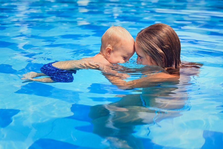 Moeder en peuter bij peuterzwemmen