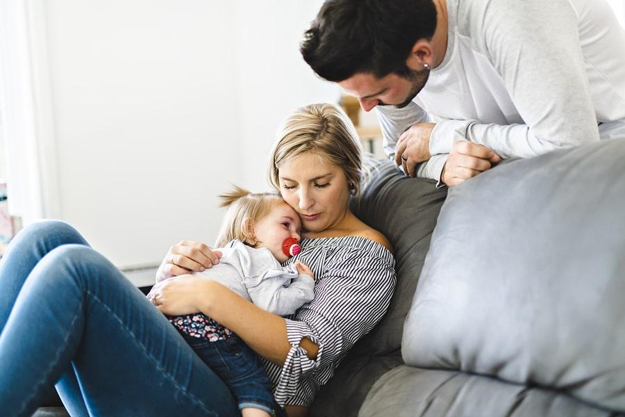 Ouders troosten hun kindje van 2 jaar