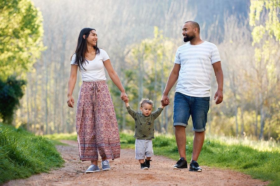 Ouders met hun peuter van 28 maanden