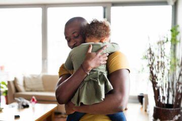 Betrokken vaderschap: veel knuffelen versterkt de band