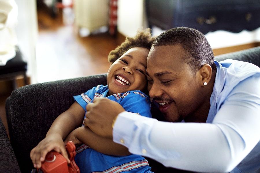 Vader en zoontje lachen samen wat goed werkt als beloningssysteem