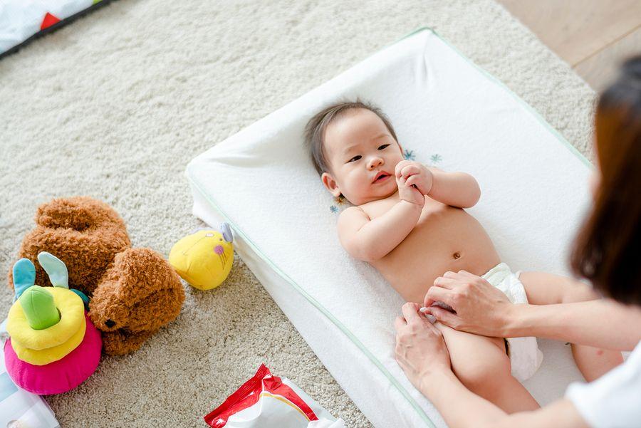 Moeder verschoont baby met hypospadie