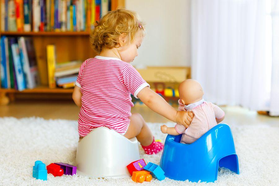 Kind van 2 jaar zit op potje en is bezig met zindelijkheidstraining