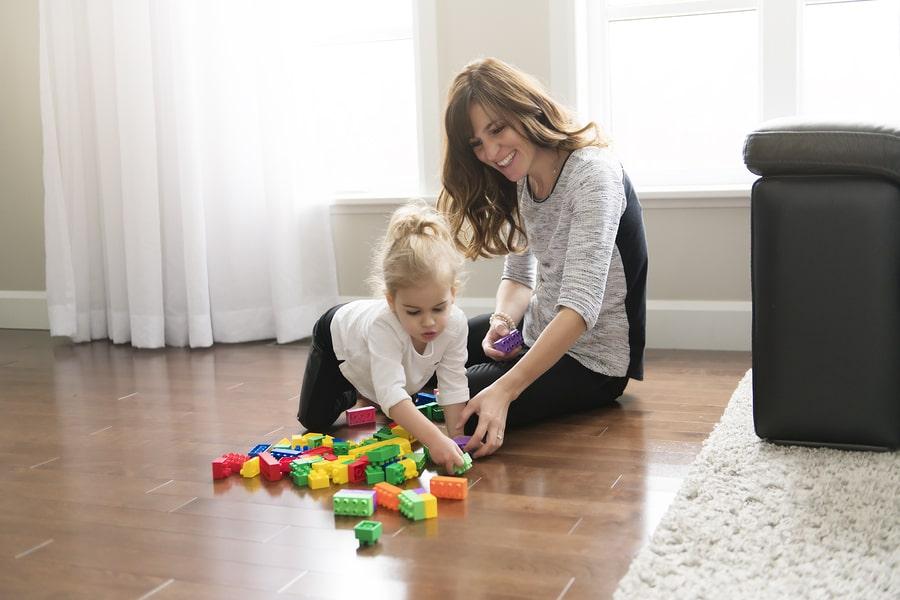Moeder en kind van 3 jaar spelen met blokken