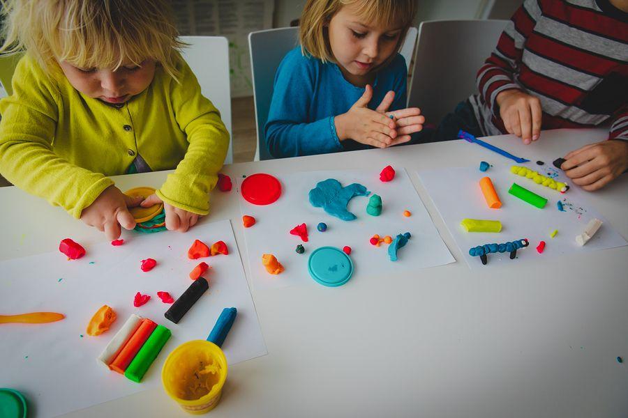 Kinderen van 3 jaar spelen met speelklei