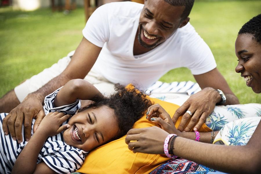 Kind van 38 maanden lacht met ouders