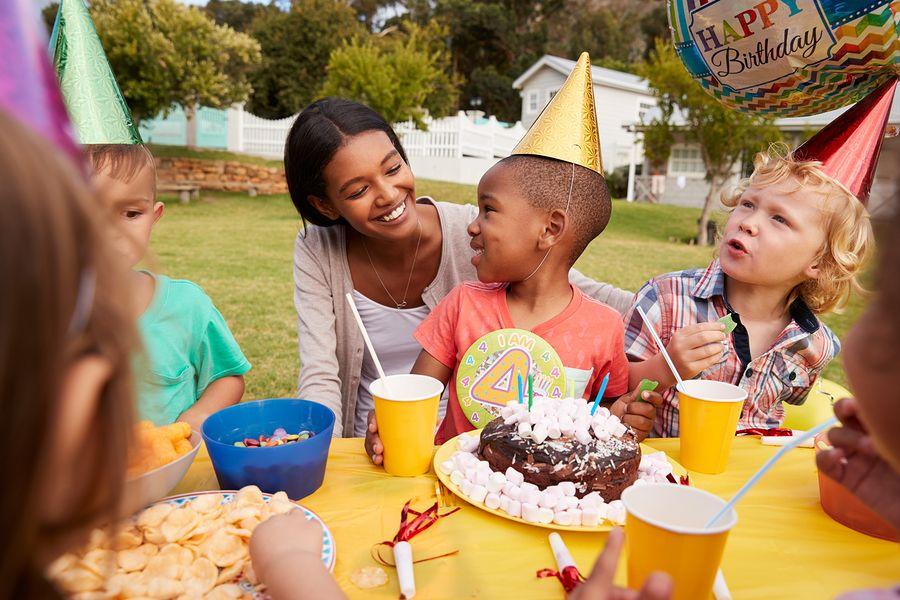 Kind van 4 viert met moeder en vriendjes verjaardagsfeestje