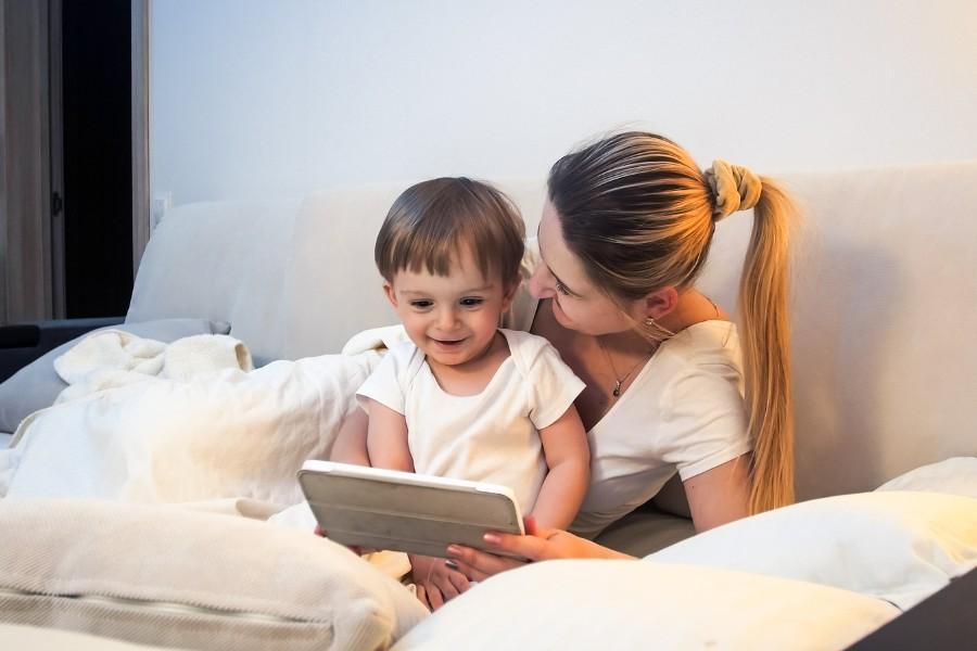 Kindje speelt met moeder op tablet en werken zo samen aan mediawijsheid