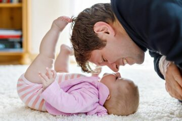 Vader speelt met dochtertje met stoere meisjesnaam