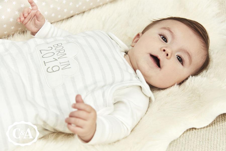 Baby 2 weken oud met babykleding van C&A