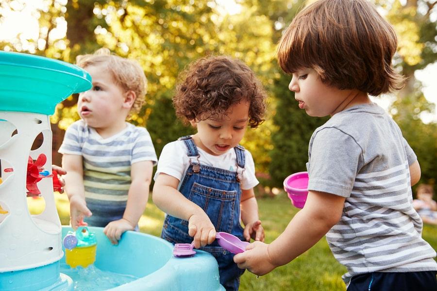 Kindjes van 3,5 jaar zitten op een clubje en spelen samen
