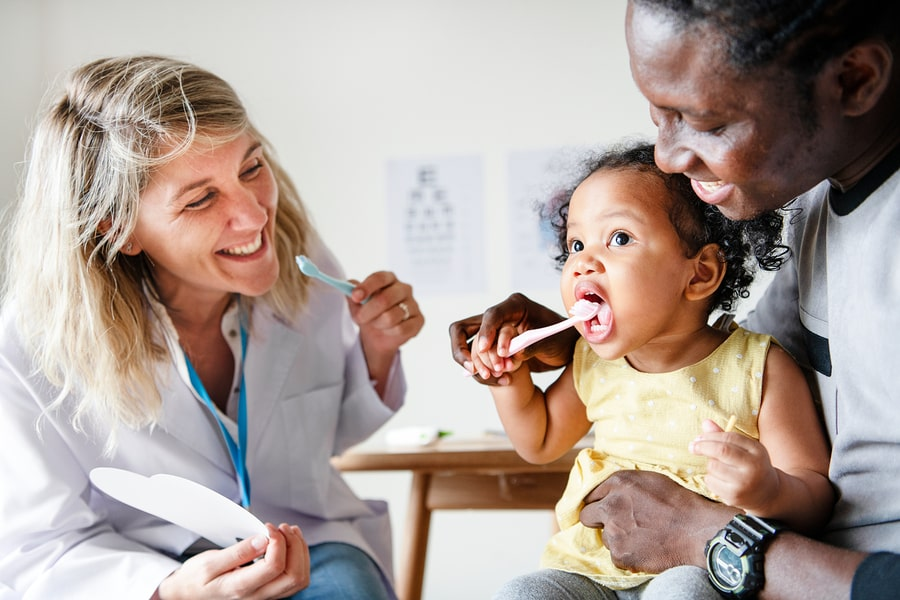 Baby bij tandarts