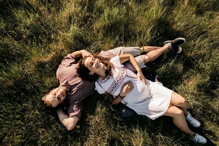 Zwangere vrouw heeft last van hooikoorts als ze met partner in het gras ligt