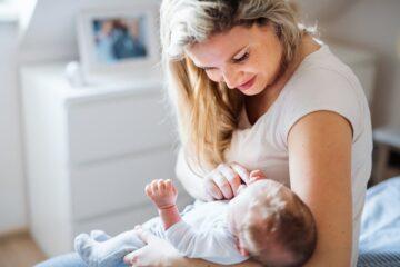 Pasbevallen vrouw met baby is aan het ontzwangeren