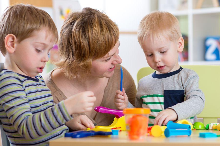 Moeder en kinderen spelen samen peuterspelletjes