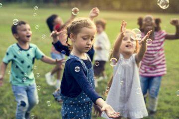 Kinderen spelen met bellen in een van de schoolvakanties 2019