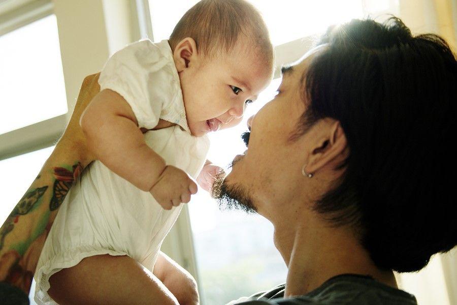 Vader kijkt naar sterrenbeeld kind