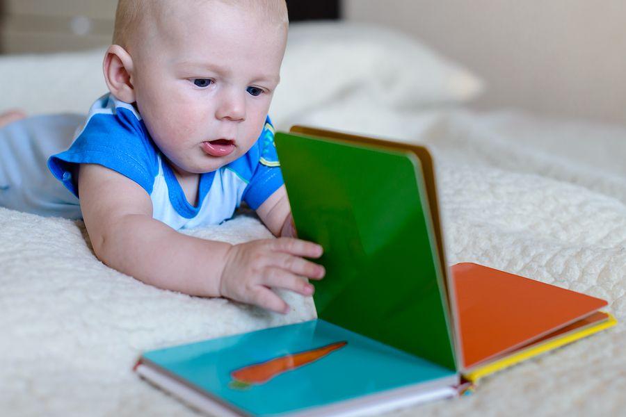 Kind leest boekje als taalspelletje