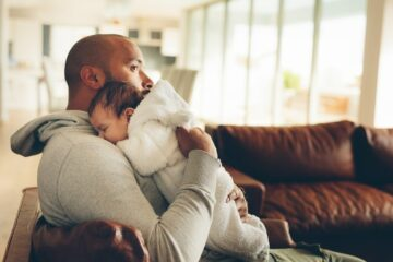Vader laat baby boeren op de borst