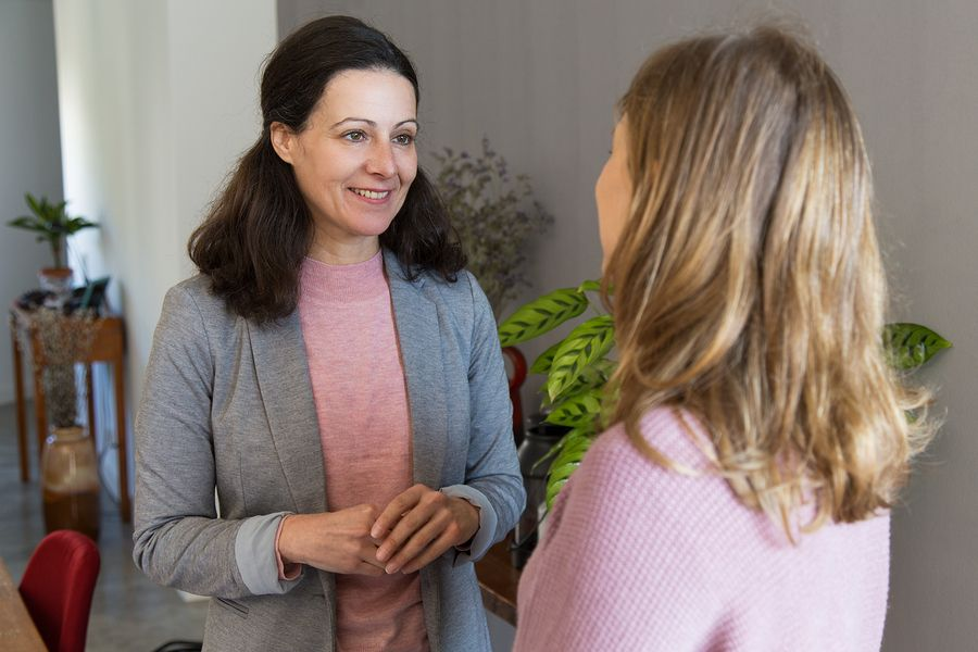 Vrouw bespreekt haar zwangerschap met haar werkgever