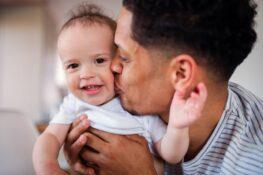 Vader knuffelt zijn baby