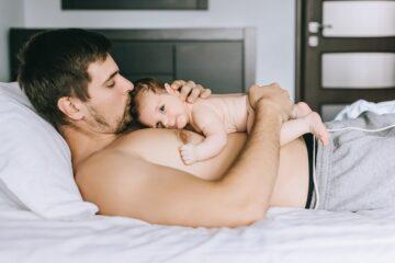 Huid-op-huidcontact tussen vader en pasgeboren baby
