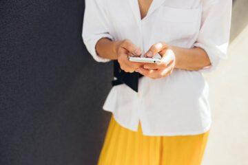 Vrouw met menstruatie-app en ovulatie-app