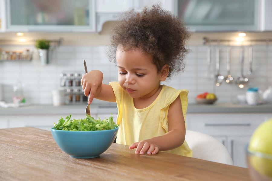 Peuter eet salade en krijgt zo vitamines binnen
