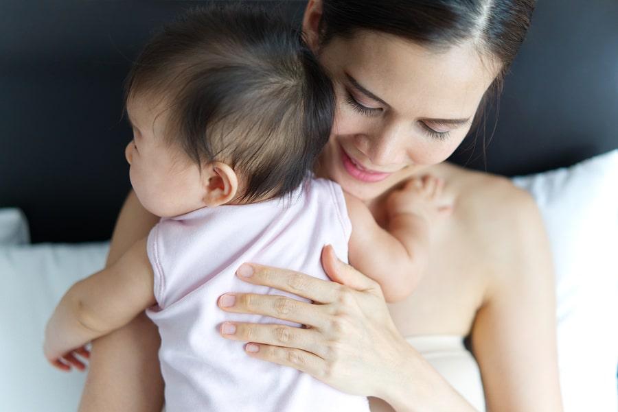 Moeder met baby kijkt uit naar het herstel van de bevalling