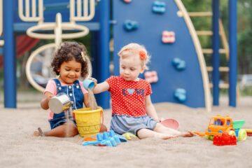 Peuters van 3 jaar spelen samen in de zandbak