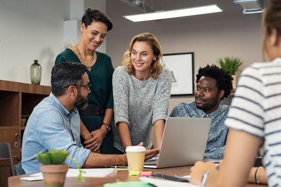 Vrouw bespreekt zwangerschap op het werk met haar collega's