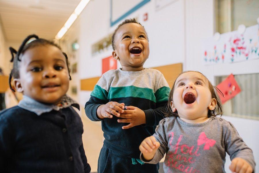 Kinderen lachen en spelen op het kinderdagverblijf