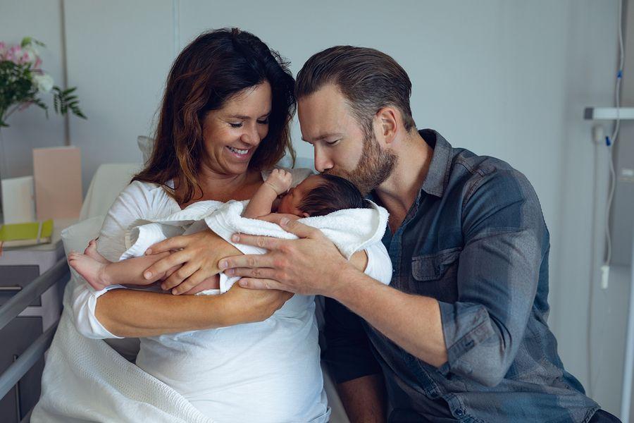 Ouders bekijken hun pasgeboren baby