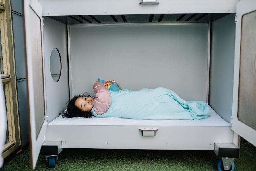 Kindje slaapt buiten bij het kinderdagverblijf