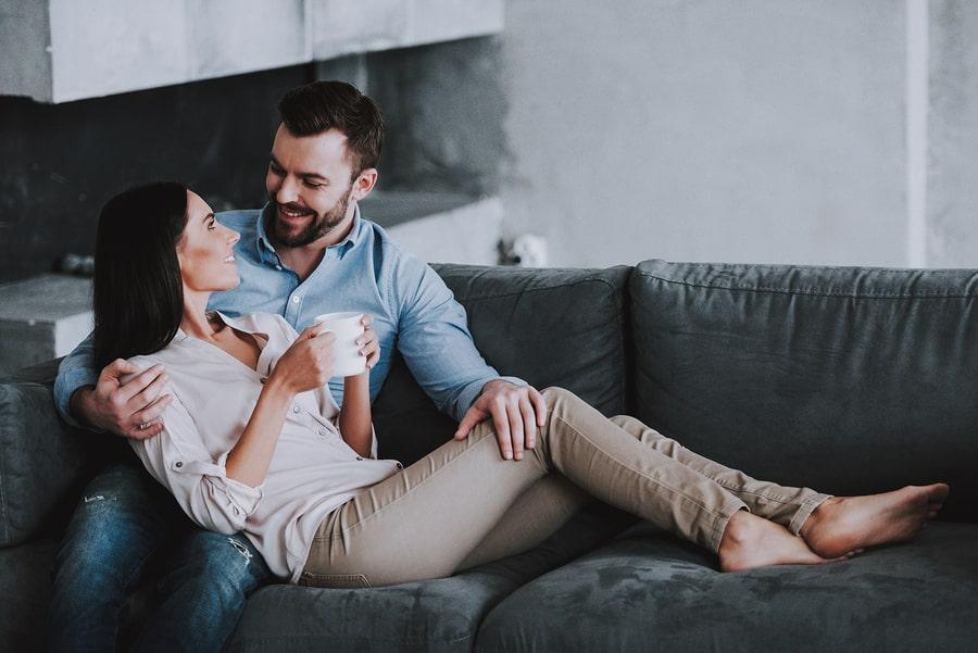 Partner ondersteunt vrouw van 5 weken zwanger bij symptomen