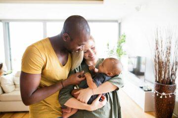 Ouders knuffelen hun baby en denken na over verlofplanner