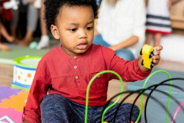 Kind speelt op de opvang dankzij kinderopvangtoeslag