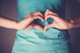 Vrouw voelt de ovulatie of eisprong