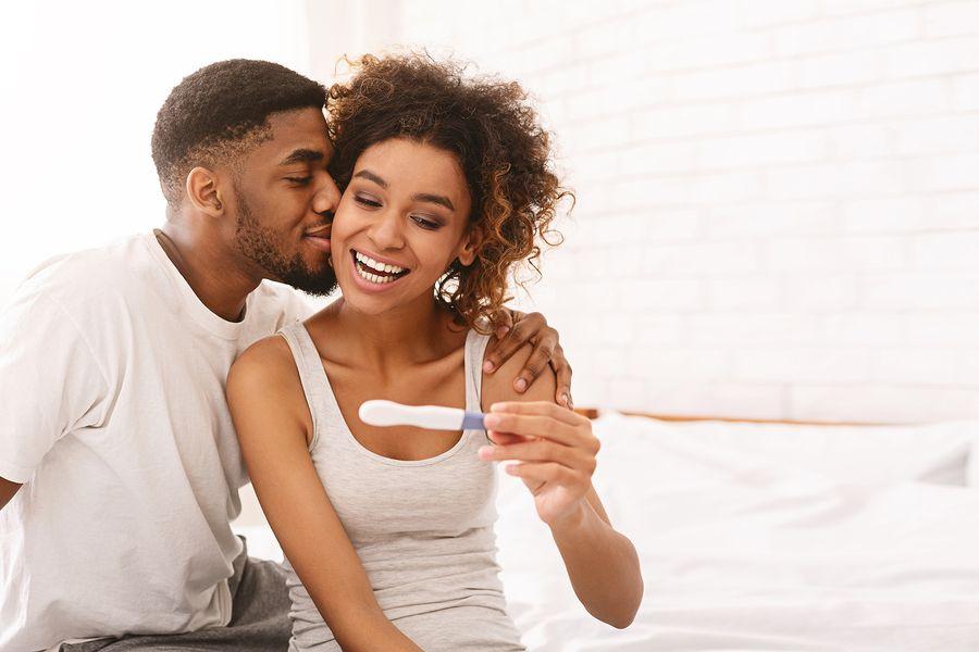 Vrouw bekijkt zwangerschapstest met haar partner