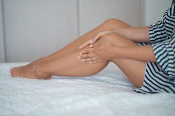 Vrouw heeft last van spataderen tijdens de zwangerschap en verzorgt haar benen