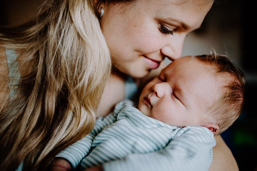 Babynamen 2020 trends en moeder met pasgeboren baby