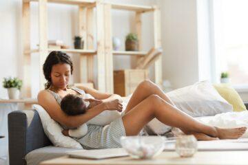 Moeder die baby borstvoeding geeft met behulp van hoge prolactine