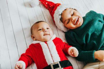Baby in kerstkleding