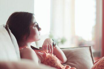 Vrouw heeft pijnlijke borsten tijdens de zwangerschap